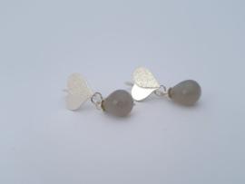 Zilveren oorhangers met grijze maansteen.