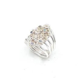 Zilveren ring met bloemen en stenen.
