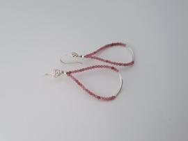 Zilveren oorhangers met roze tourmalijn.