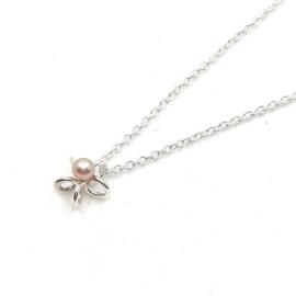 Zilveren collier met bloem en roze parel.