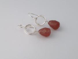 Zilveren oorhangers met aardbeienkwarts