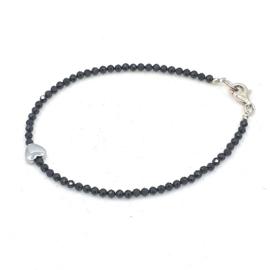 Zilveren geregen armband met zwarte spinel.