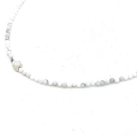 Zilveren geregen collier met witte turkoois.