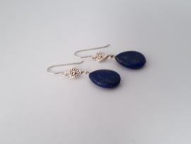 Zilveren oorhangers met lapis lazuli.