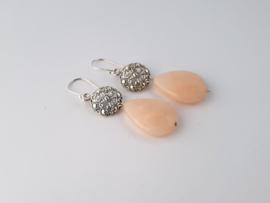 Zilveren oorhangers met roze beryl.