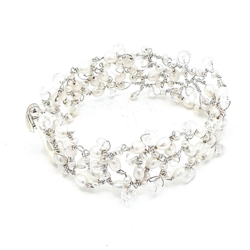 Zilveren armband met witte parel en bergkristal.