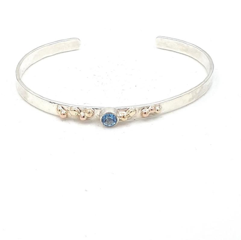 Zilveren armband met blauw topaas.