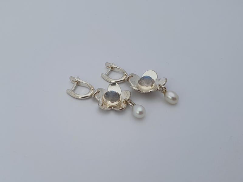 Zilveren oorhangers met maansteen en parel.