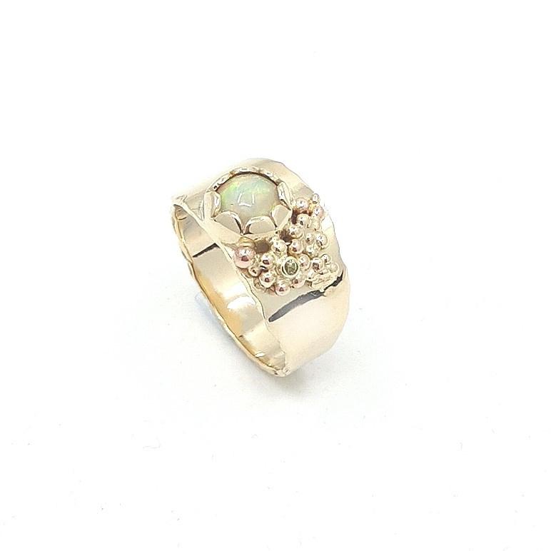 Geelgouden ring met water opaal.