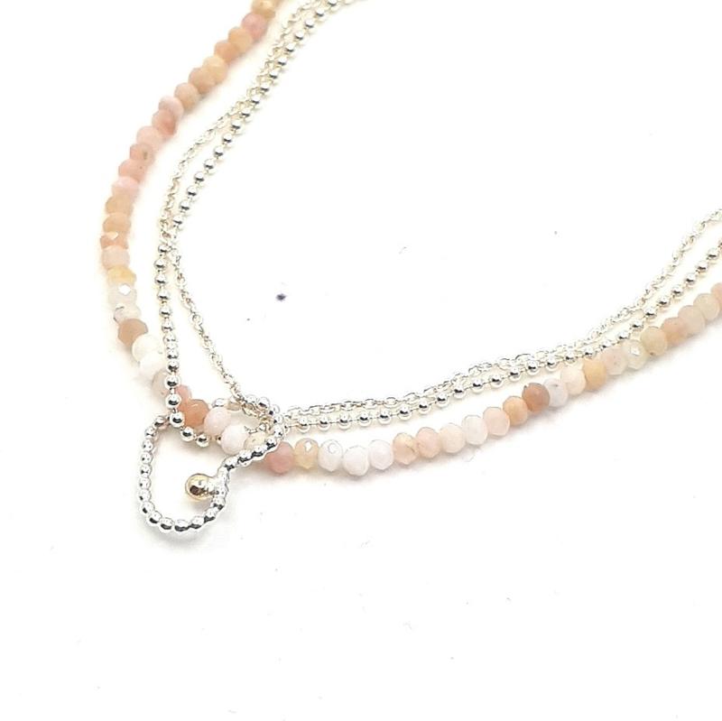 Zilveren geregen collier met opaal.