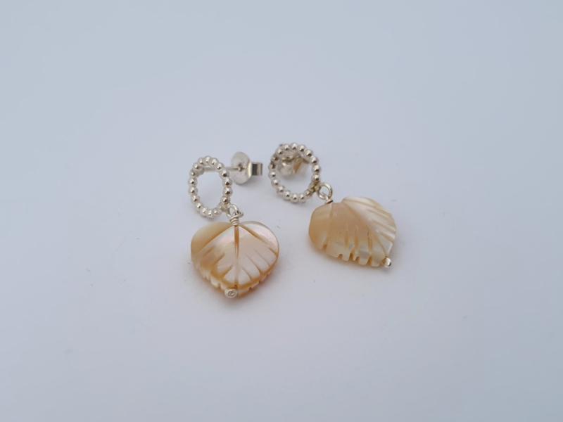Zilveren oorstekers met beige parelmoer.