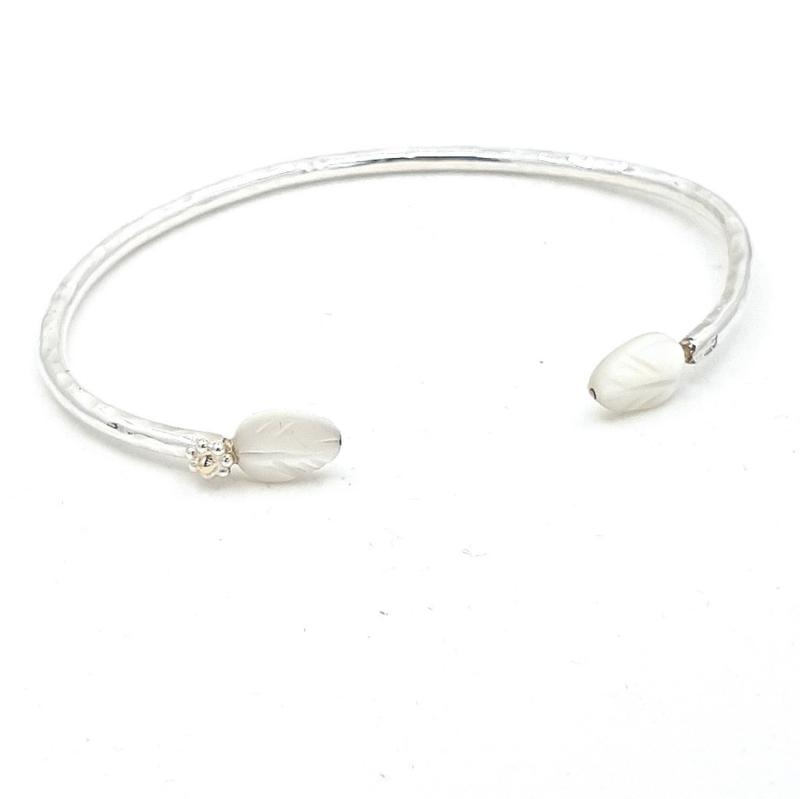 Zilveren armband met parelmoer.
