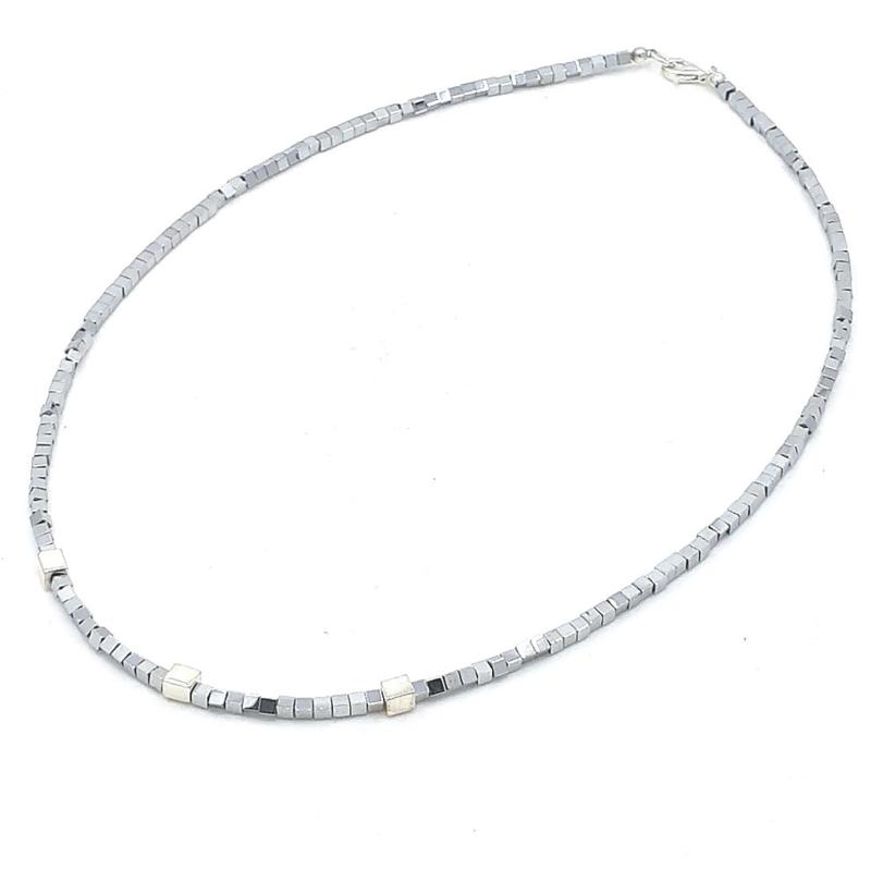 Zilveren geregen collier met grijze hematiet.