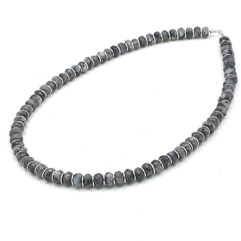 Zilveren geregen collier met larvikiet.