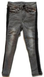 104 - spijkerbroek met glitterende bies  (merkloos)