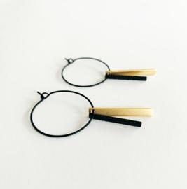 Ronde oorsteker met dubbel staafje in zwart/goud