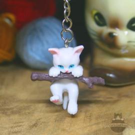 Schlüsselanhänger Kätzchen hängt an einem Ast