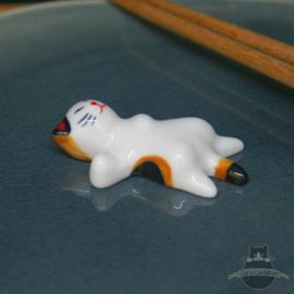 Eetstokjes steun liggende kat oranjebruin