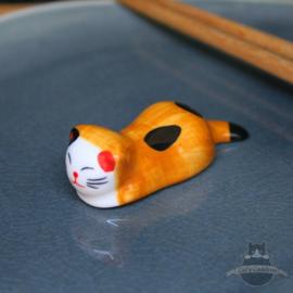 Eetstokjes steun rustende kat oranjebruin