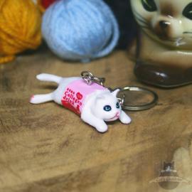 Schlüsselanhänger weiße Katze im Milchkarton verwickelt