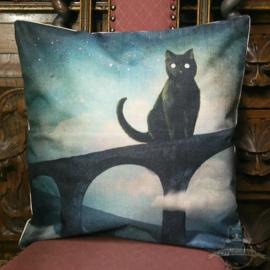 Schwarze Katze auf einer Bogenbrücke Fantasy Kissenbezug