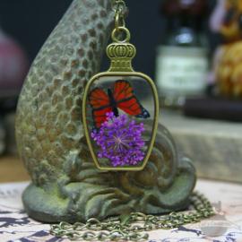 Lila Trockenblumen Halskette mit rotem Schmetterling