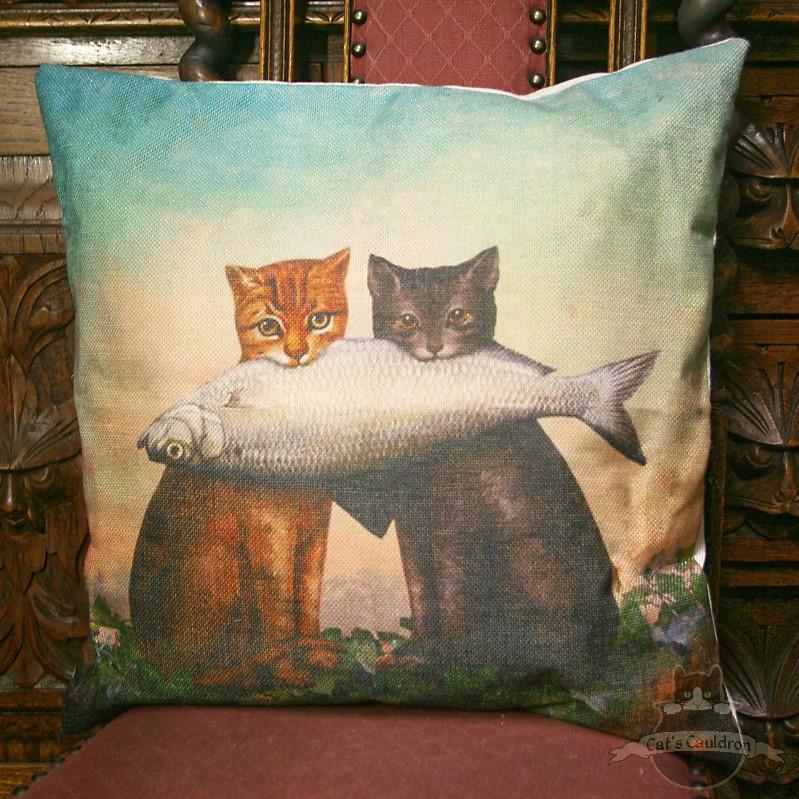 Zwei Katzen mit großem Fisch Fantasy Kissenbezug
