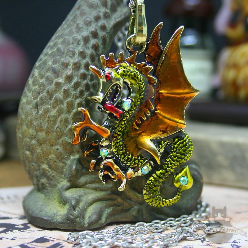 Lichtgroene draak gouden vleugels fantasy ketting
