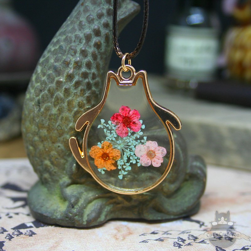 Dried flower necklace cat chubby shaped