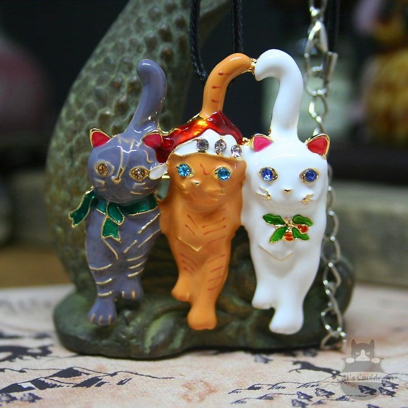 Drie katten in kerstkleding ketting en broche