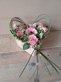 Hartplanter met verse bloemen ( rose)