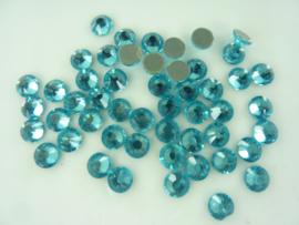 000684- ca. 50 stuks hotfix crystal steentjes SS30 6.4mm aquamarine blauw