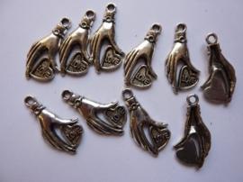 CH.444.10- 10 stuks zwaar metalen bedel/hanger hartje met handje 31x15mm SUPERLAGE PRIJS!