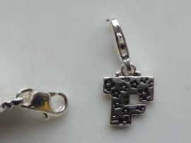 117467/1206- zwaar verzilverde metalen letter bedel F