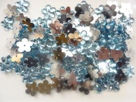 008022/0046- 120 stuks kunststof strass/spiegel bloemetjes van 12mm met gaatje turqoise