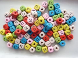 R.12018.49- ca. 200 stuks letterkralen mix hout van 10x10mm bonte kleuren - SUPERLAGE PRIJS!