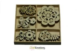 CE811500/0103- 25 stuks houten ornamentjes in een doosje bloemen 10.5x10.5cm
