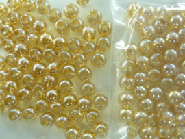670 - Ruim 70 stuks 6 mm. glaskralen goud/bruin met AB coating