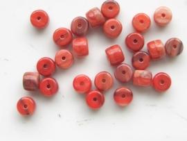 3730- 26 x tsjechische glaskralen tonmodel 6x4mm rood gemarmerd
