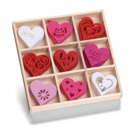 8001 211- 45 stuks vilten hartjes van ca. 3cm in houten doosje