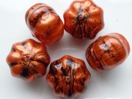 00850- 10 x gemarmerde kunststof kralen bloemmodel 13x10mm roodkoper AANBIEDING