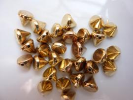 7572- 30 stuks opnaaibare spikes 7x7mm goudkleur OPRUIMING