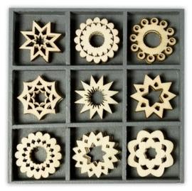 1852 1017- box met 45 stuks houten ornamentjes ornamenten rond 10.5x10.5cm