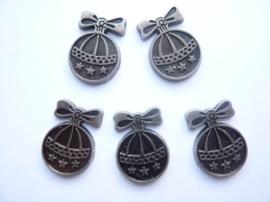 0005220.19- 5 stuks metalen charms kerstbal van ca.2.5cm antiek zilverkleur OPRUIMING