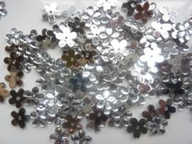 008022/0048- 120 stuks kunststof strass/spiegel bloemetjes van 12mm met gaatje zilver