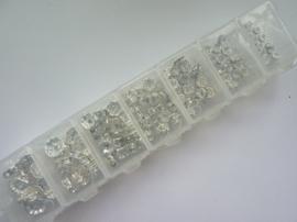 CH.0001- assortimentsdoos met 120 stuks strass ringetjes zilver 4 tot 10mm