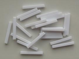 00151- 25 x kunststof kralen wit 25x3mm OPRUIMING
