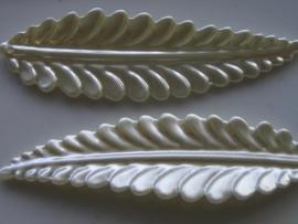 6383- wit parelmoer blad voor broche 8.5x2.5cm