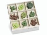 8001 209- 45 stuks vilten blaadjes van ca. 3cm in houten doosje