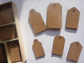 CE811501/0232- 40 stuks kurken ornamentjes in een doosje labels 10.5x10.5cm